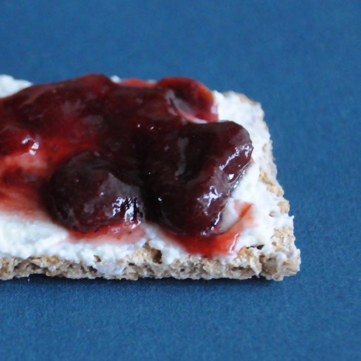 Crispbread with quark and jam