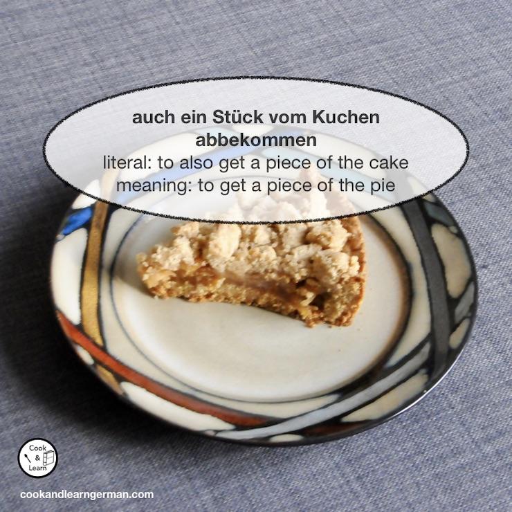 a piece of apple cake on a plate, the text says: auch ein Stück vom Kuchen abbekommen - literal: to also get a piece of the cake - meaning: to get a piece of the pie