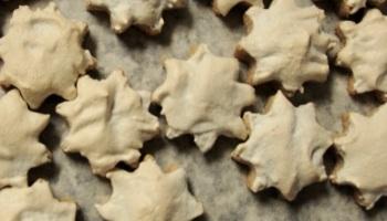 Cinnamon stars (Zimtsterne, German christmas cookies) on a baking tray